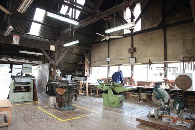 三石工場の型枠作業棟の内観写真