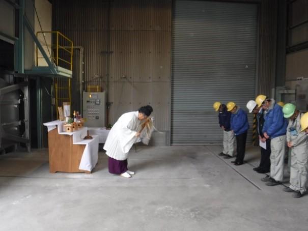 耐火煉瓦の三石ハイセラム ガス式バッチ炉(シャトルキルン)新施設に伴う安全祈願実施の様子。